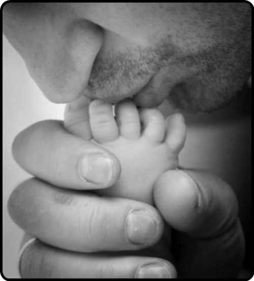 im pretty sure if my husband was in this photo kissing our baby's toes, i would burst into tears every time i saw it. its so beautiful.