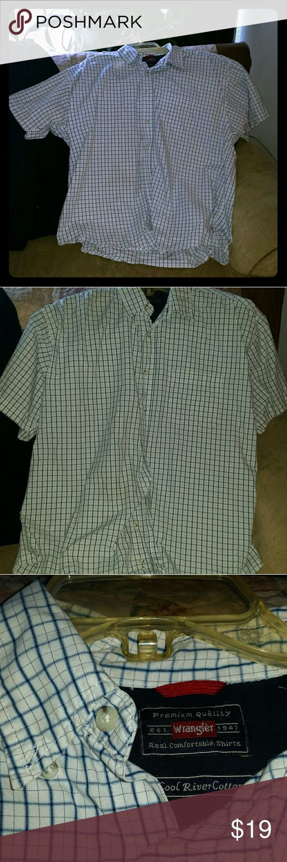 Men's Wrangler Dress Shirt BLUE AND WHITE MEN'S DRESS SHIRT IN GREAT CONDITION. BUTTONS UP AND COMFORTABLE Wrangler Shirts Dress Shirts