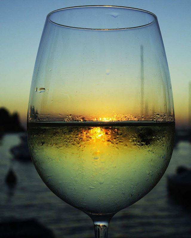 Mindenhova magunkkal visszük... Így szeretünk nyár ☺️❤️ #vargapinceszet  #vargabor #vargaborinsta #vargapincészet #mik #mutimiteszel #mutimitiszol #sunset #wine #ikozosseg #tv_living #vscocam #moments #relax #summer