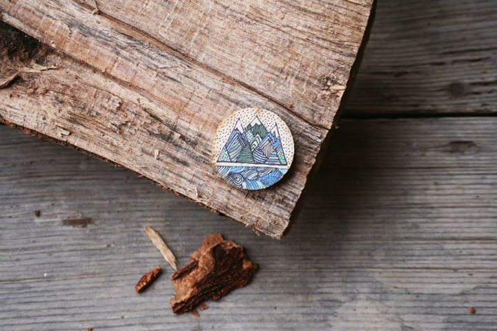 Hand-painted wooden brooch with mountain pattern: painted with acrylic paint, varnished.