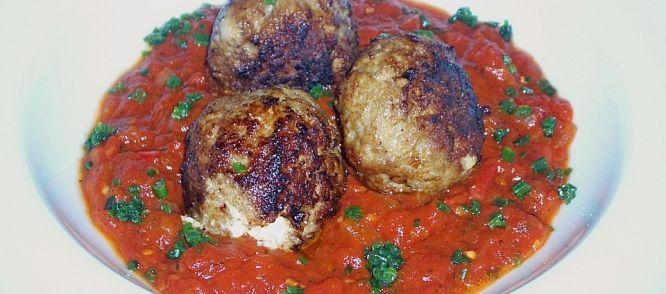 Griekse Gehaktballetjes Met Feta In Tomatensaus recept | Smulweb.nl