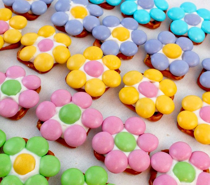 Flower Pretzel Bites ~ pretzel squares, white candy melts & Easter M&Ms