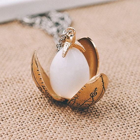 Oro huevo de dragón collar inspirada en Harry por TimesReelShop