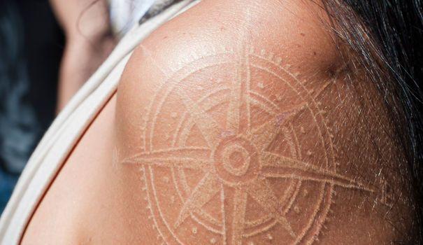 Tatouage: place à l'encre blanche !    A partir du 1er janvier 2014, près de 60 colorants utilisés par les tatoueurs seront interdits. Ce ne sera pas le cas du blanc. Heureusement, car il semblerait que ce soit la couleur du moment... Explications.