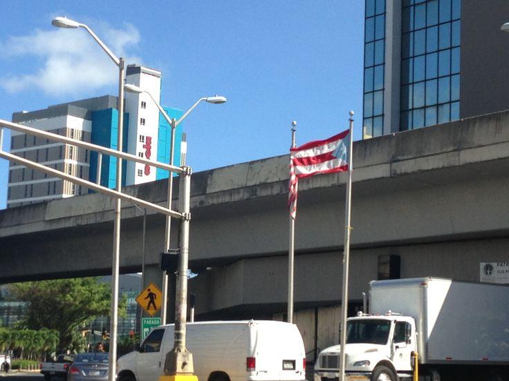 Bandera de Estados Unidos junto a la bandera de Puerto Rico frente al Departamento del Trabajo en Hato Rey a las 10:11 am. Aunque estan bien colocadas y son parte de una entidad gubernamental, las banderas violan el reglamento ya que estaban sucias y descoloridas.