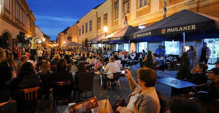 Szeptemberi koncert a Széchenyi utcán - Forrás: Déjá vu - Cafe, Restaurant & Bar