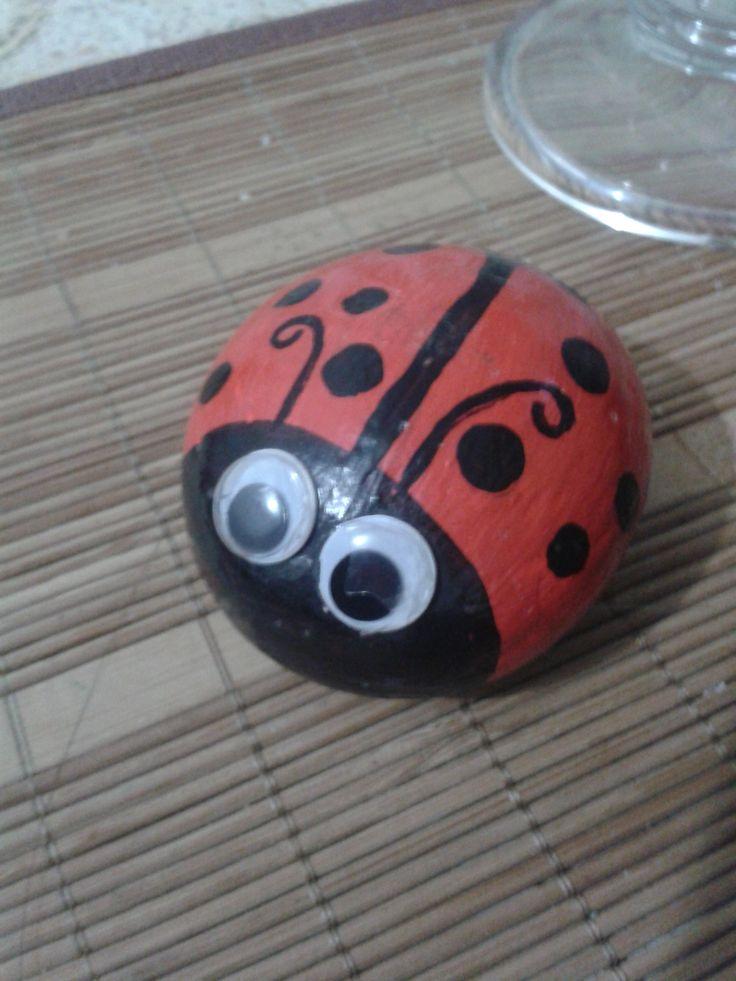 mariquita en piedra