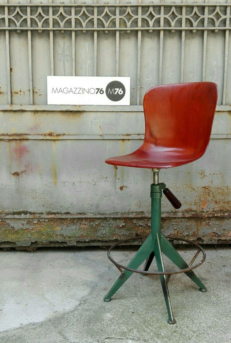 Questa è una chicca. Sgabello pagolz in legno curvato con zampa in ferro regolabile in altezza con una molla e un manico in legno a dir poco fantastico! Condizioni eccellenti!! Misure seduta 35x35 Altezza variabile da 50 a 80cm #magazzino76 #milano #M76 #nolo #viapadova76 #design #industrialdesign #furniture #modernariato #antiquariato #vintage  #anni50 #sedie #chair #sgabello #legnocurvato #anni60 #pagolz