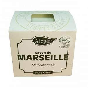 Odkryj na nowo mydło Marsylskie Alepia - wierne swojemu pochodzeniu: Czysta oliwa z oliwek  bez oleju palmowego i kokosowego. Jest bardzo delikatne. Mydło  ręcznie krojone.  Marsylskie mydło jest spadkobiercą mydła Aleppo. Rzeczywiście, krzyżowcy przywieźli z Aleppo mydło ( nazwa mydła pochodzi od miasta w Syrii), które odniosło wielki sukces na Zachodzie. Był to produkt importowany, i był bardzo drogi. W związku z tym, wiele fabryk mydła powstały wokół Morza Śródziemnego oraz w Marsylii.