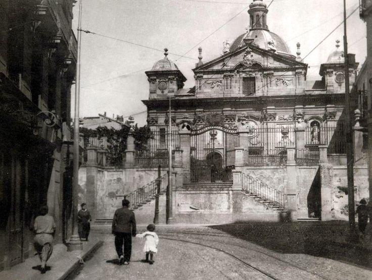 Iglesia de Santa Bárbara (1930) - La princesa Bárbara de Braganza (1711-1758), hija de Juan V de Portugal y de María Ana de Austria (Archiduquesa de Austria, hija de Leopoldo I de Austria), esposa del rey español Fernando VI, fue promotora de la construcción del Convento de las Salesas Reales de Madrid (1757), falleció en 1758 provocando la locura de su marido -. El Convento fue destinado a Palacio de Justicia (1870) y la Iglesia a Parroquia (1891) con el nombre de Santa Bárbara. En su ...