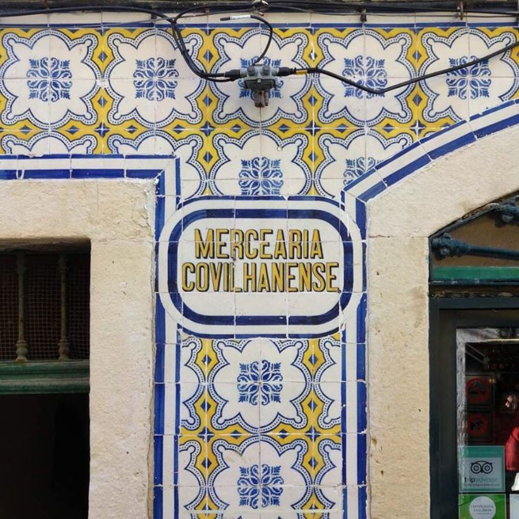 #azulejo #azulejos #tile #tiles #zelij #design #pattern #sign #patternedtiles #urban #art #urbanart #azulejoportugues #azulejospadrao #amantedelosazulejos #azulejosdeportugal #azulejocollector #portugaldenorteasul #wanderlust #igersportugal #travel #lisboa #portugal #streetphotography #gerador #architecture #p3top #vintage #minimal