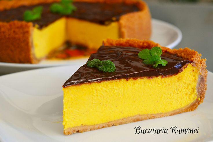 Simtiti cum branza se topeste in gura, iar scortisoara va invaluie papilele gustative intr-o senzatie fina de catifea data de gustul de dovleac! Aceasta este o mica descriere metaforica a acestui minunat desert. Va rog sa il incercati, nu veti regreta! Gasiti reteta pe acest link http://bucatariaramonei.com/recipe-items/cheesecake-cu-dovleac/ #desert #prajitura #ciocolata #chocolate #cheesecake #cheese #nutella #philadelphia #dovleac