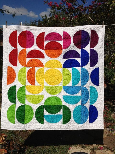 Gorgeous circle quilt. Love the rainbow colors!