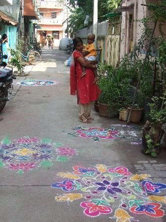 """Les """"Kolam"""", dessins faits à la main avec de la poudre blanche ou colorée, sont incontournables en Inde.  Kolam, handmade drawings with white or colored powder, are unavoidable in India."""