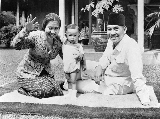 Soekarno with wife Fatmawati and son Guntur, 1946