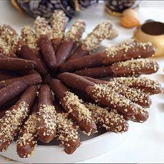 Kıtır kıtır atıştırmalık çubuklarımızı seveceğinizi umuyorum. Kahvenin yanına yakışacaktır☕️ KAKAOLU ÇUBUK KURABİYE Malzeme 100 gr tereyağı (oda ısısında yumuşamış) 1yumurta 1,5 çay bardağı pudraşekeri 2yemek kaşığı kakao 1çay bardağı ince çekilmiş fındık 1çay kaşığı kabartmatozu 5yemek kaşığı süt 2-2,5 su bardağı arası un Kurabiyenin üzeri için 100 gr bitter çikolata ve çekilmiş fındık HAZIRLANIŞI Tereyağını karıştırma kabına alıp mikserle çırpıyoruz.Pudraşekerini ilave edip tekrar ...