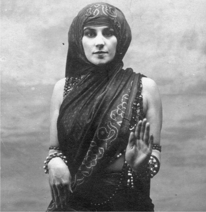 Tortola Valencia entre-la-danza-y-el-deseo Vintage Gypsy, Vintage Beauty, Jimi Hendrix, Dolly Sisters, Arabian Women, Costume Armour, Margot Fonteyn, Isadora Duncan, Old Portraits