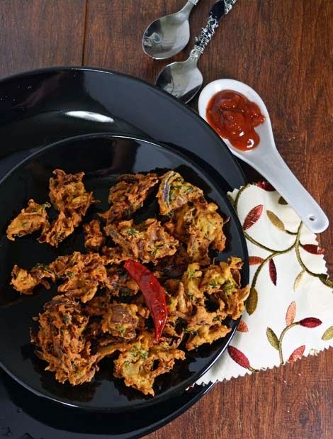 The recipe for Crispy Pakodas/pakoras are best evening snacks especially in rainy days....and can be prepared in minutes. The flavor of fried onion and the besan flour makes this snack heavenly.