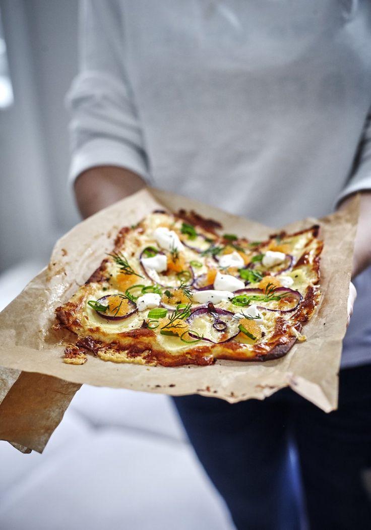 Pizza med Västerbottensost, potatis och löjrom.  Ingredienser För 4 portioner 400 gram västerbottensost 4 st tunnbröd 4 dl crème fraiche 1 ägg 1 rödlök 80 g löjrom 4 st potatis 1 salladslök/sommarlök peppar efter smak dill