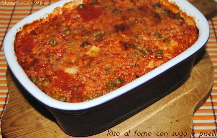 Il riso al forno con sugo e piselli è un primo piatto gustoso molto semplice da preparare. Ricetta riso al forno con sugo di pomodoro, piselli e mozzarella.