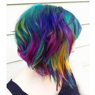 Hasta un corte asimétrico. | Esta nueva tendencia de cabello está revolucionando el look arcoíris