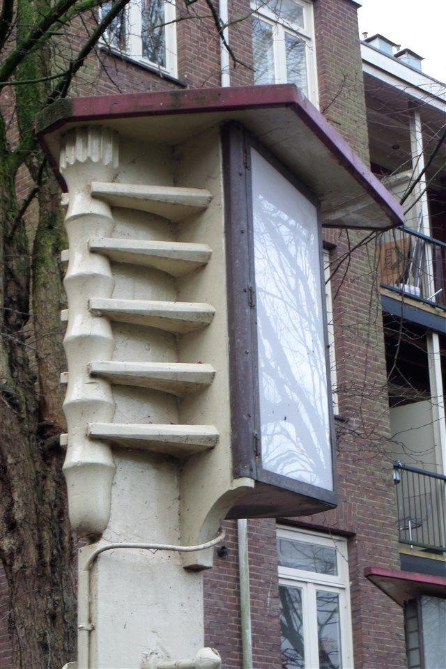 Lantaarnpaal in de tuin van Museum Het Schip Piet Kramer