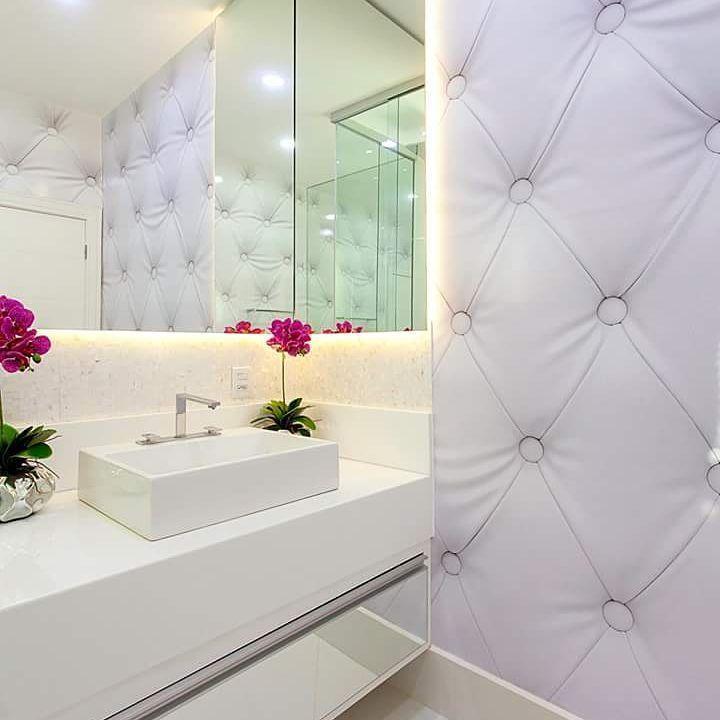 """209 curtidas, 2 comentários - Arquitetura, Decoração, Design (@construindominhacasaclean) no Instagram: """"🌻🌻Bom dia🌻🌻 banheiro mais feminino do mundo 💓💓💓 gente, esse papel de parede trouxe toda…"""""""