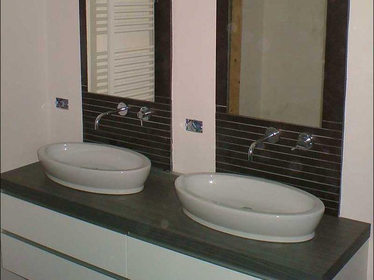 Lavandini doppi in un bagno funzionale e moderno.