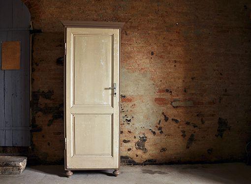 Interior design recupero mobili su misura realizzando vecchie porte o scuri in legno con strutture colorate e su misura. il contrasto delle ...