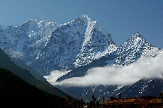 mais alta montanha do planeta está localizada na Cordilheira do Himalaia, entre o Tibete e o Nepal, exerce fascíno e sempre atrai turistas aventureiros dispostos a enfrentar o frio e os perigos da escalada que, até o final de 2006, deixaram 212 mortos.
