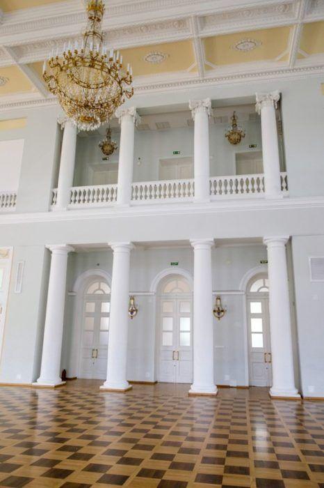 Внутренние колонны бального зала