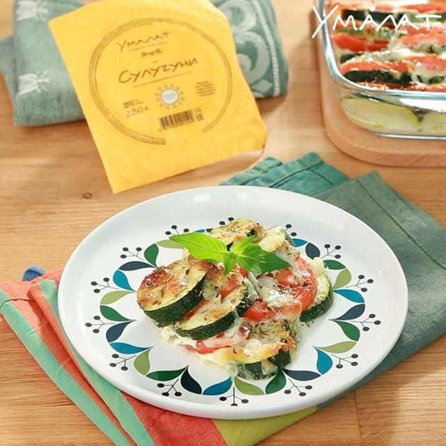 Запеченные овощи с сулугуни 🔥 ⚪️ Порции: 4, подготовка: 15 мин, приготовление: 25 мин ✅ Необходимые ингредиенты: 140 г сулугуни «Умалат» 3 средних помидора 2 цукини 1 яйцо 100 мл сливок 10%-жирности 2 ст. л. оливкового масла 1 ч. л. сушеного базилика соль, перец по вкусу ⚪️ Как приготовить: 1️⃣ Сулугуни натереть на крупной терке, добавить сливки, яйцо и перемешать. Цукини и помидоры нарезать кружочками. 2️⃣ Смазать жаропрочную форму оливковым маслом, выложить в нее овощи слегка внахлест…