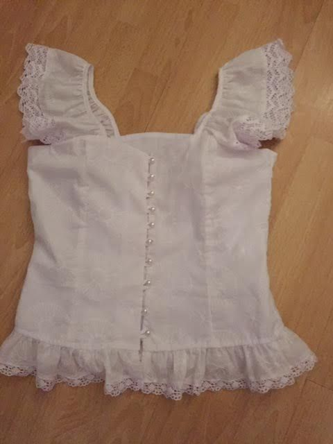Blusa estilizada confeccionada con tela bordada, encajes y botones de perlas que realzan la sencillez de esta pieza. Siiguenos en instagram guairabyjt.