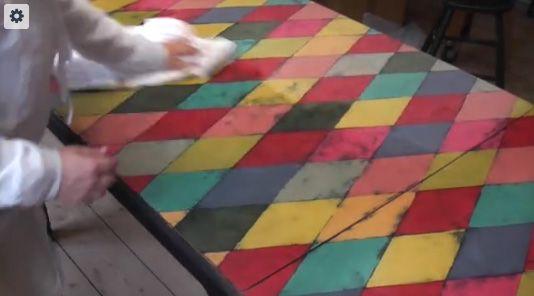 """Spisebord - skal jeg vokse eller lakere? Når du maler med Annie Sloan kalkmaling kan du begge dele.  Når man maler med Annie Sloan """"Chalk Paint"""" eller kalkmaling som vi også kalder det, kan man enten vælge at lakere sin overflade eller vokse den. Man skal bare være opmærksom på hvad der"""