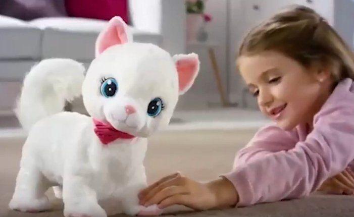Club Petz - Bianca Interaktywny Kotek Bianka, to kotka, która uwielbia bawić się z dziećmi oraz ze swoim kłębkiem wełny (piłeczką).  Zachowuje się jak prawdziwy kotek – jak ją wołasz odwraca głowę, łasi się podczas głaskania po plecach, bawiąc się swoją piłeczką mruczy piosenkę…