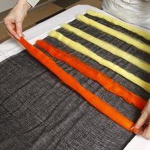 13091 Een zwarte sjaal met kleurige vilten banen