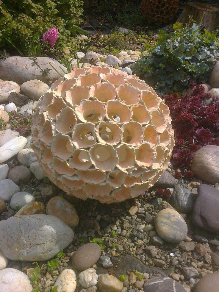 """Kotrč+velká+Květ+je+složen+z+malých+ručně+modelovaných+kvítků.+Průměr+koule+je+35cm,+dutou+nožičkou+je+možné+vložit+solární+lampičku+či+svíčku.+Květ+ozdobí+každou+zahradu+či+vchod+do+domu.+Každý+kus+je+originálem.+Tento+je+z+bílé+hlíny+dozdoben+oranžovým+barvítkem.+Na+slunci+mění+barvu+až+do+růžové+-+lze+kombinovat+se+sérií+""""bílá"""".+Vypadá+křehce,..."""