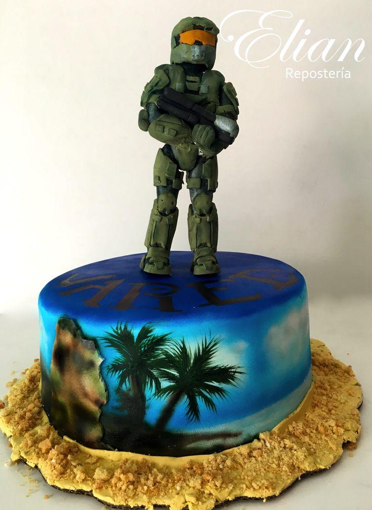 Pastel de Halo con figura de Master Chief.