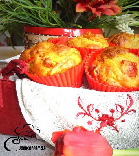 Muffin alle erbe aromatiche con pancetta e pomodorini confit
