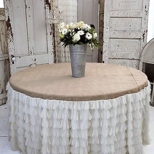 Бежево-белая скатерть на круглый стол в деревенском стиле