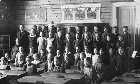 Juvan Ollikkalan kansakoululaisia 1915. (Reprokuvaaja Kimy-Kustannus OY / Museovirasto)