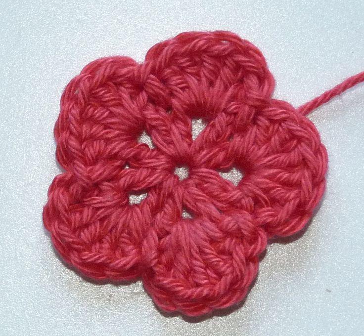 Diese beiden Blüten machen sich gut auf Haarspängchen und Haarreifen, auf Mützen und Hüten!