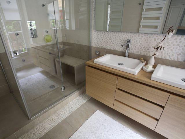 Salle de bain couleurs naturelles, matières bois/galets.
