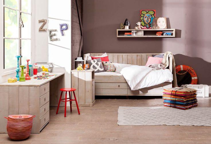 Met ledikant Kajuit komen avonturen tot leven in de slaapkamer. Waan je in je eigen kajuit, dankzij de stoere uitstraling van steigerhout. Maak je klaar voor een verre zeetocht in dromenland! Voor het slapen gaan kan het speelgoed makkelijk opgeborgen worden in een van de 2 praktische lades onder het bed.
