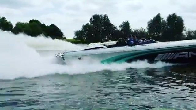 When you have a smokin' fast Cigarette... but your friends is faster! Tag a friend!    @cigarette_man  #cigarette #boat #boating #race #performance #boatlife #boatlifestyle #miami #florida #flatout #raceboat
