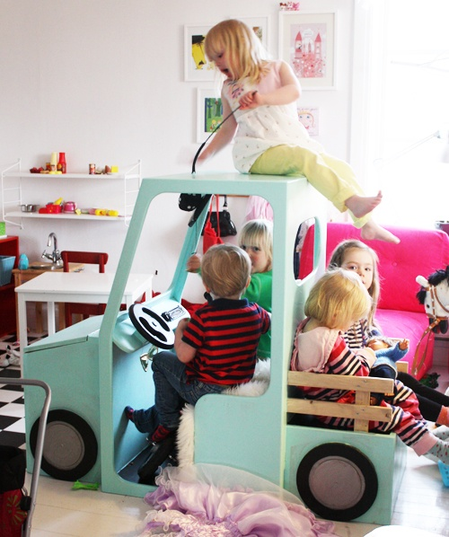 Fast detta är INTE mitt verk. Det är min makes! En lådbil till barnen. NOT my work. It's my husband's. A boxcar for kids.