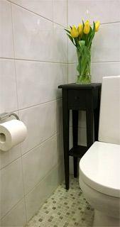 Kukkapöytä 25x25x80 mahtuu vaikka WC-istuimen viereen. Kylpyhuone.