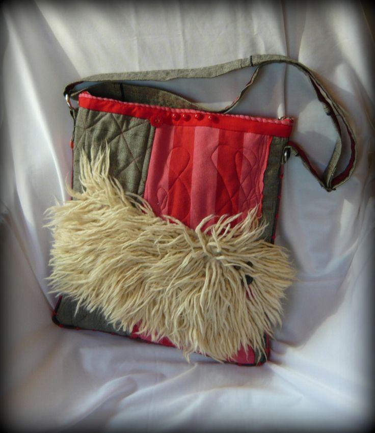 """Pulitáska -Handmade by Judy Majoros: Műszőrméből készült """"puliszerű"""" kutyus díszíti ezt a vidám táskát. Alapja pamutszövet, amihez vízhatlan szivacsfólia lett steppelve, ezzel adva tartást, és vízállóságot a táskának. Körben az oldalára lyukacsos műbőr öv lett varrva díszítésnek, valamint elejére rózsaszín-piros csíkos pólóanyag került. Belseje bélelt, csipkével díszített, és 3 zseb található benne.Elhelyeztem még benne egy kis karabinert a kulcsoknak. Pántja állítható."""
