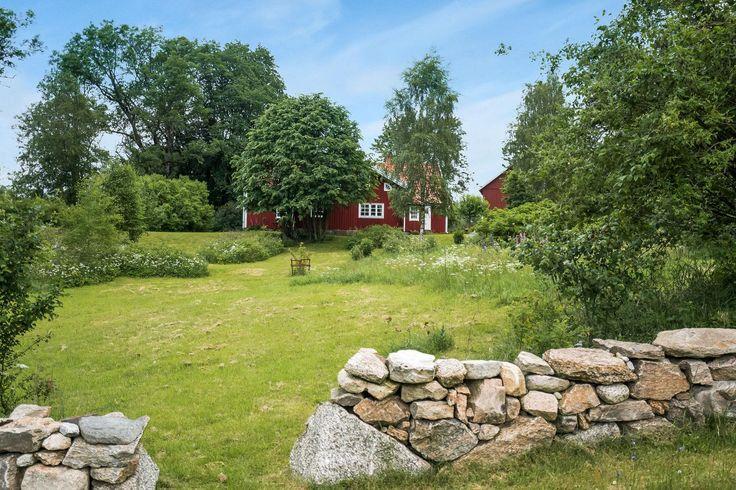 Med bevarad charm finner ni denna vackra fastighet även kallad Storegården med ett naturskönt läge i Kärnebygd, med ca 10 minuter till Ullared. I området fi