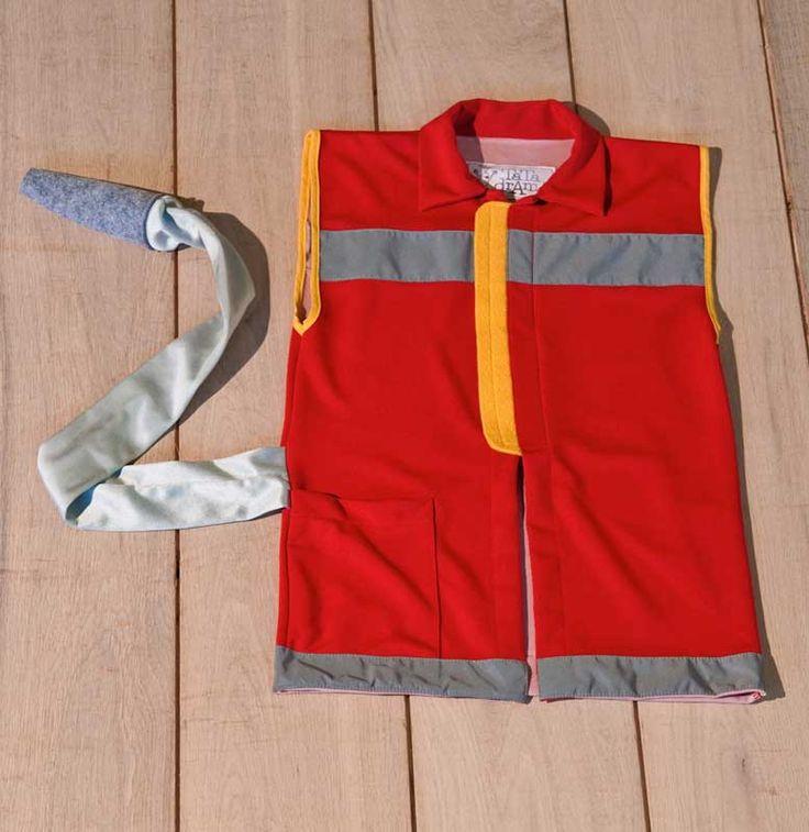 Casacca da pompiere in cotone per bambino con bande catarifrangenti, chiusa con velcro. Idrante cucito sul fianco. Interamente realizzato a mano.